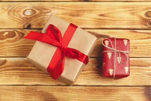 Piccoli regali di natale su fondo di legno, vista da sopra