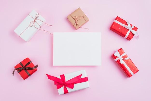 Piccoli regali di san valentino intorno alla carta