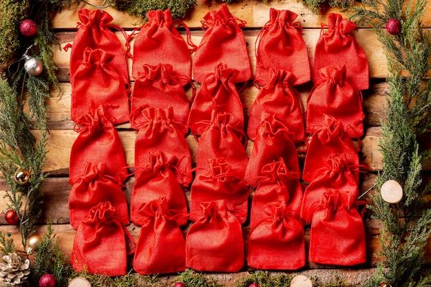 Piccoli sacchetti rossi allineati vista dall'alto