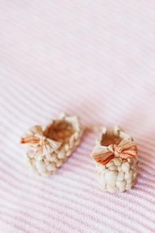 Piccoli sandali carini fatti di paglia, antico tipo tradizionale russo di calzature.