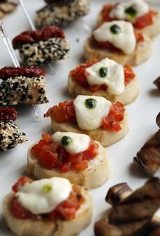 Piccoli snack gourmet su un piatto