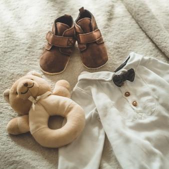 Piccoli vestiti per bambini fatti a mano. vestiti appena nati. unità, protezione e felicità