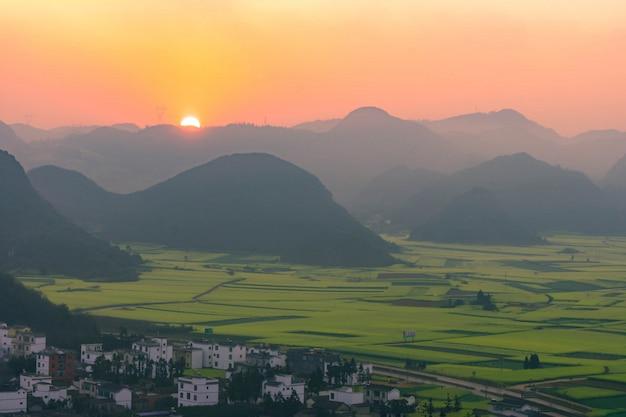 Piccoli villaggi con fiori di colza a jinjifeng (golden chicken peak), cina