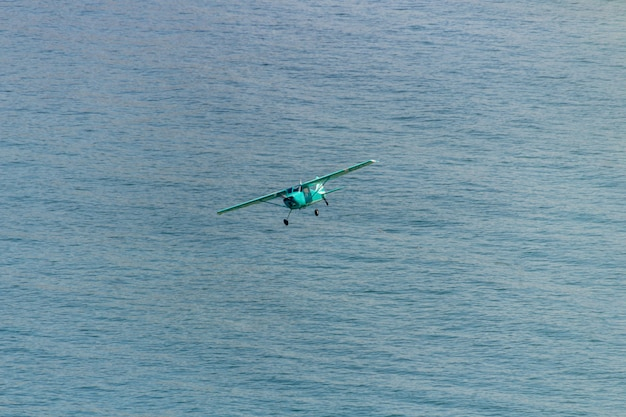 Piccolo aereo che sorvola la spiaggia di copacabana a rio de janeiro.