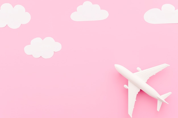 Piccolo aereo giocattolo con nuvole di carta