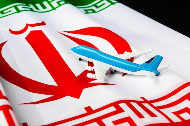 Piccolo aereo giocattolo su una bandiera dell'iran