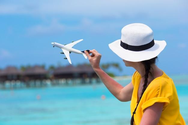 Piccolo aeroplanino bianco giocattolo nelle mani di donna