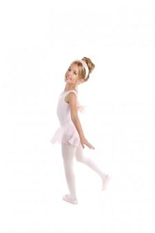 Piccolo ballerino dei bambini di balletto della ballerina che balla sul bianco