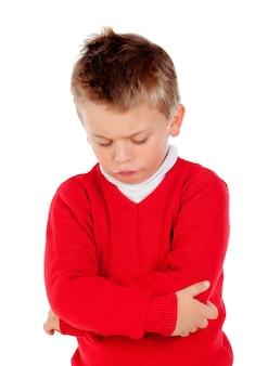 Piccolo bambino arrabbiato con la maglia rossa