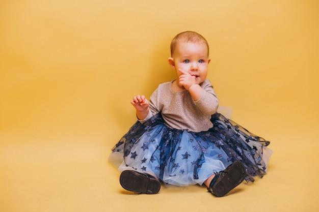 Piccolo bambino carino in abito