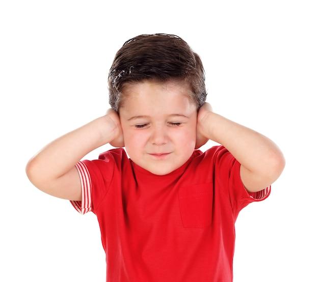 Piccolo bambino che copre le orecchie