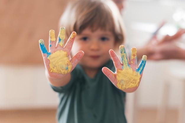 Piccolo bambino che dipinge come un artista