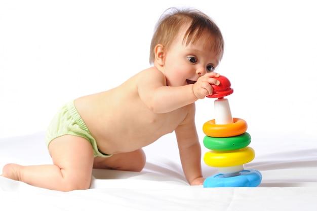 Piccolo bambino che gioca con il giocattolo piramide