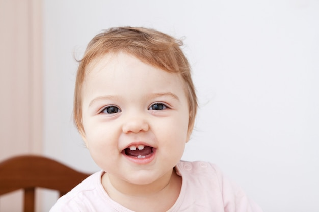 Piccolo bambino che sorride mentre stando nel suo letto