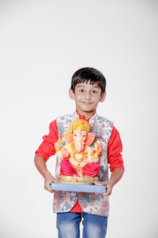 Piccolo bambino indiano con lord ganesha