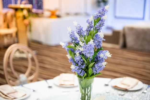Piccolo bouquet di fiori posto sul tavolo