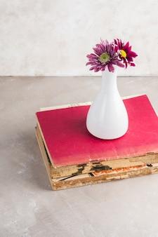 Piccolo bouquet posto su libri malandati