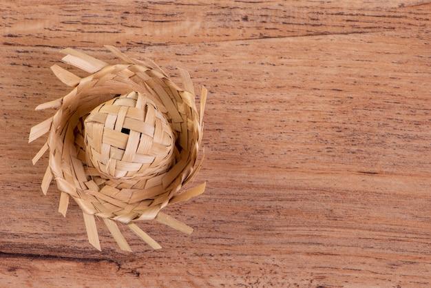 Piccolo cappello di paglia utilizzato per gli ornamenti di festa junina sul tavolo di legno.