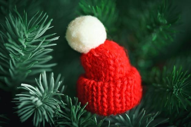 Piccolo cappello lavorato a maglia sull'albero di natale