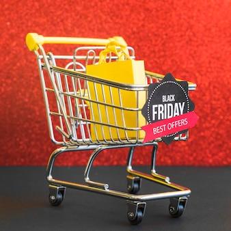 Piccolo carrello della spesa con iscrizione al black friday