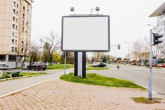 Piccolo cartellone bianco su una strada