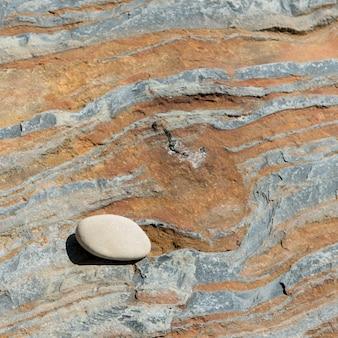 Piccolo ciottolo su roccia arenaria, wild cove, norris point, gros morne national park, terranova e