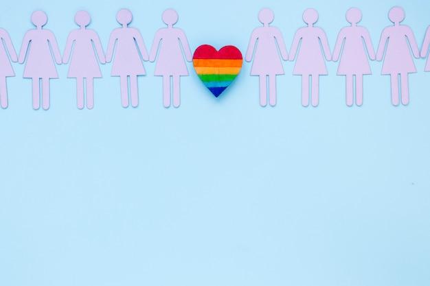 Piccolo cuore arcobaleno con icone coppie lesbiche