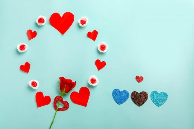 Piccolo cuore e rosa rossa con cornice spazio copia. concetto di san valentino