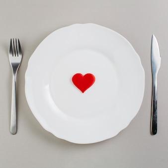 Piccolo cuore rosso sul piatto
