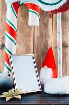 Piccolo elfo di natale con cornice vuota