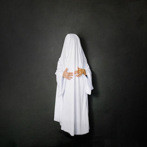 Piccolo fantasma su sfondo grigio