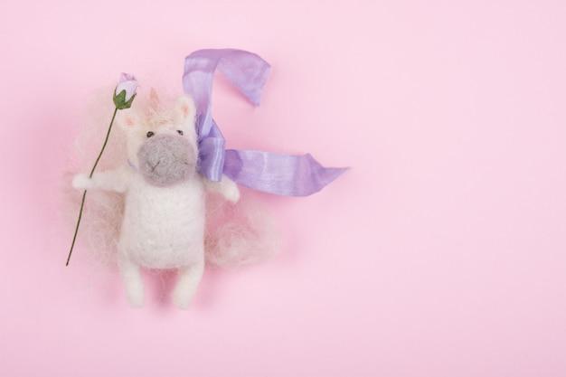 Piccolo giocattolo unicorno fatto a mano