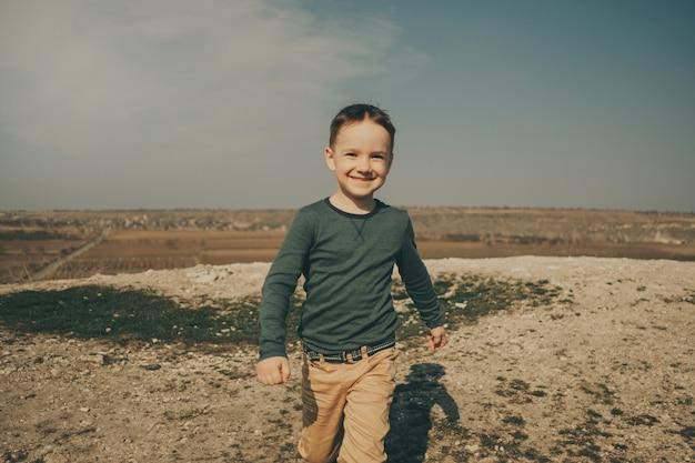 Piccolo giovane ragazzo caucasico in natura, infanzia