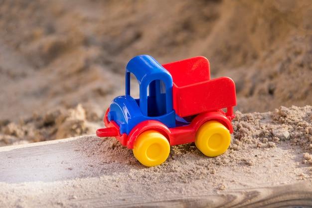 Piccolo modello in plastica di camion