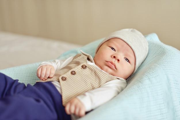 Piccolo neonato sul letto