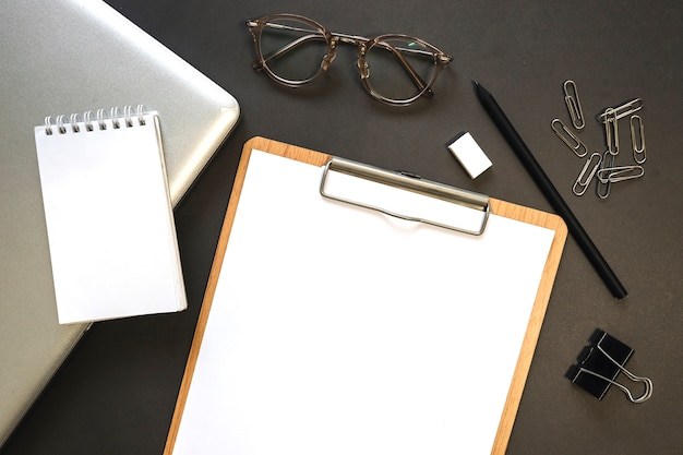 Piccolo notebook vicino a laptop e articoli di cancelleria