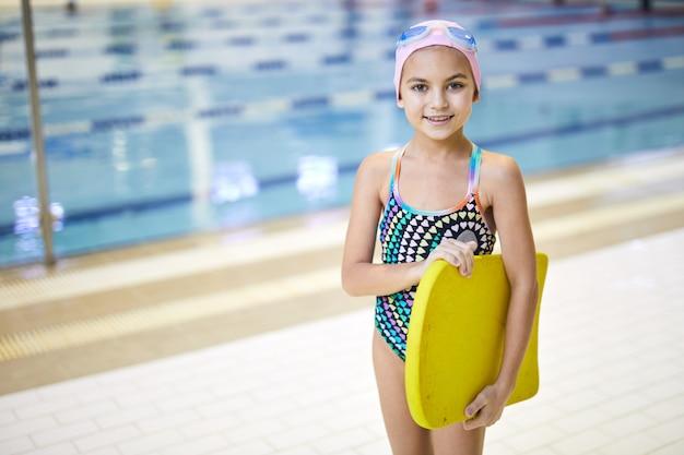 Piccolo nuotatore in piscina