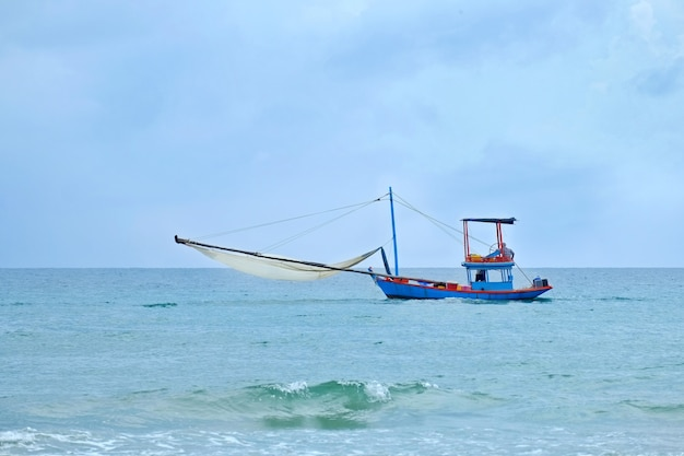 Piccolo peschereccio tailandese nel golfo della tailandia