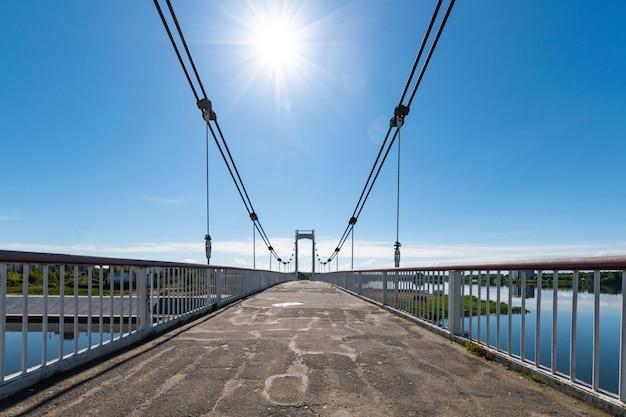 Piccolo ponte strallato sul fiume. il ponte ha bisogno di riparazioni. città di yoshkar-ola in russia.