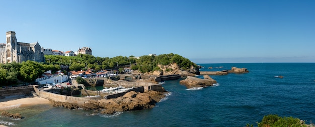 Piccolo porto, cielo blu, biarritz, francia