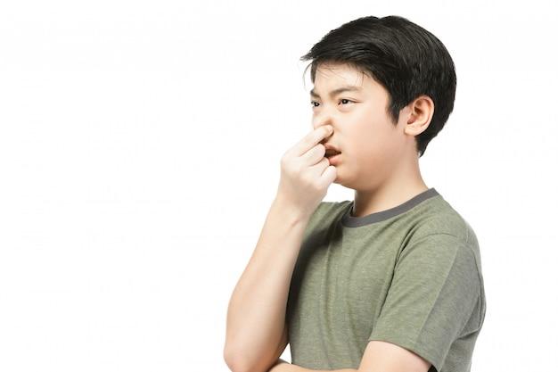Piccolo ragazzo asiatico con capelli neri in recitazione divertente cercando di divertente.