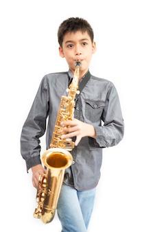 Piccolo ragazzo asiatico del musicista che gioca alla palestra