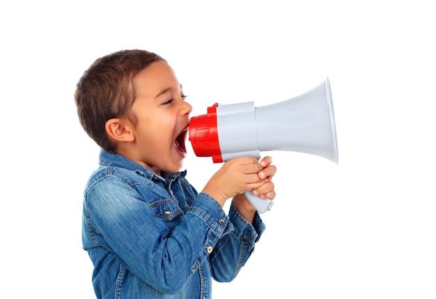Piccolo ragazzo che grida tramite un megafono