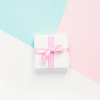 Piccolo regalo su sfondo colorato
