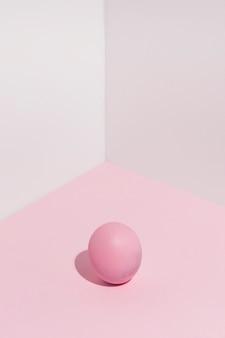 Piccolo uovo di pasqua rosa sul tavolo