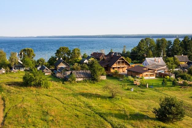 Piccolo villaggio nanosy sulla riva del lago naroch, bielorussia