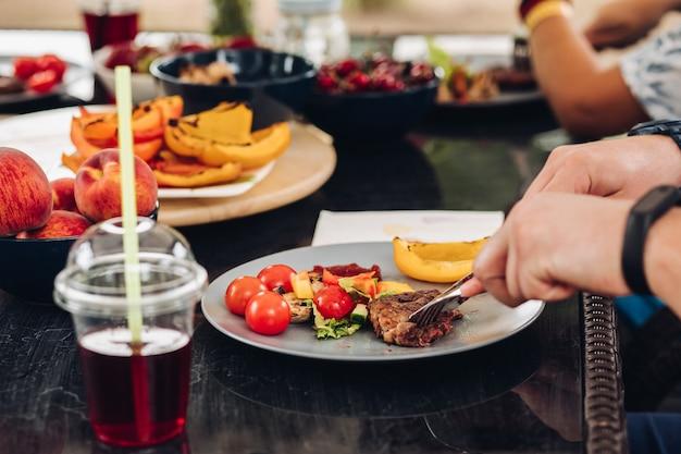Picnic estivo all'aperto, insalata servita nei piatti.