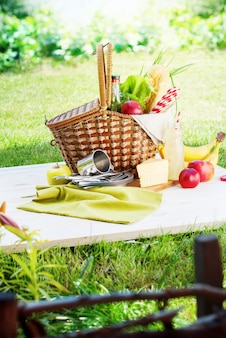 Picnic wattled basket impostazione food drink summer