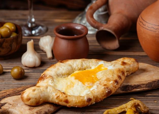 Pide di focaccia con uova di formaggio turco
