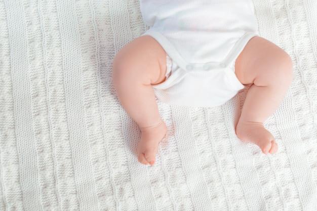 Piedi del bambino appena nato